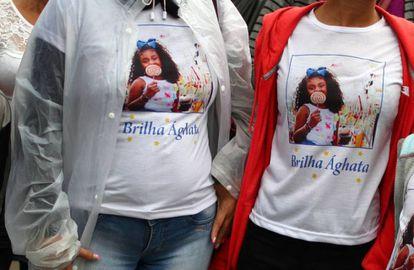 Los familiares de Ágatha usan camisetas con su foto durante su funeral en Río.