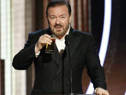 Ricky Gervais presentando la gala de los Globos de Oro de 2020 en el hotel Beverly Hilton de Los Ángeles. Hacerlo con una cerveza es marca de la casa desde 2010, año en el que se hizo cargo de la primera de sus cinco galas. Asegura que esta ha sido la última.