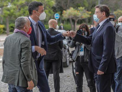 El presidente del Gobierno, Pedro Sánchez, saluda al presidente valenciano, Ximo Puig, a su llegada al congreso que la UGT celebró en Valencia el pasado mes de mayo.