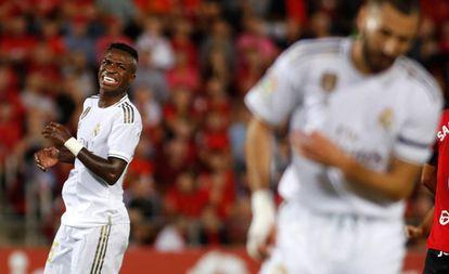 Vinicius Jr. lamenta una ocasión fallada durante el partido del Madrid ante el Galatasaray junto a Benzema, el martes en Estambul.
