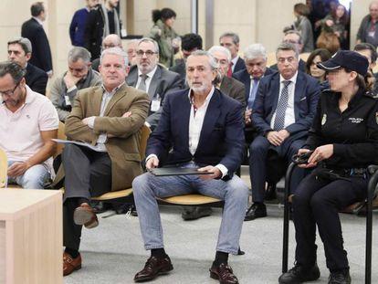 En primera fila, desde la izquierda, Álvaro Pérez Alonso, 'El Bigotes'; Pablo Crespo; y Francisco Correa, durante el juicio.