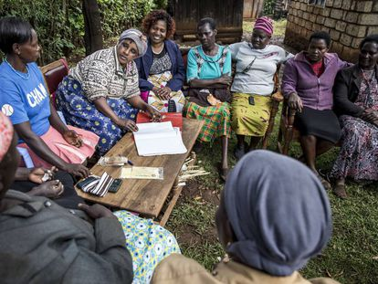 Lucy Kathegu Kigunda (sujetando el cuaderno) y otras miembros de una escuela de campo cerca de Meru (Kenia).