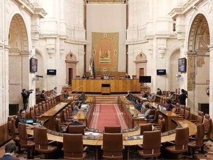 Reunión de la Diputación Permanente en el Salón de Plenos del Parlamento de Andalucía.