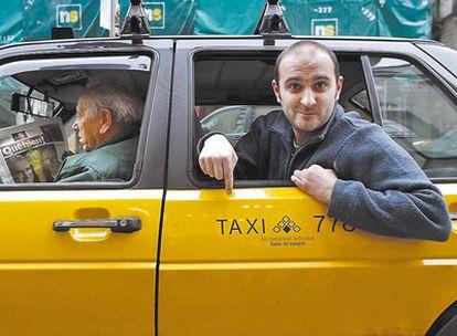 El mallorquín Joan Miquel Oliver, de Antònia Font, en un taxi barcelonés