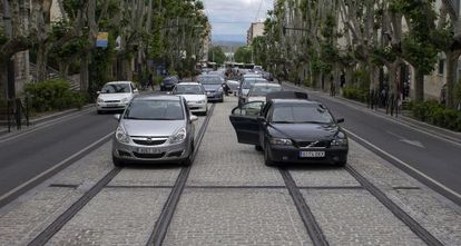 Las vías del tranvía de Jaén utilizadas como aparcamiento para coches.