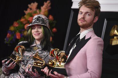 Los hermanos y músicos Finneas O'Connel y Billie Eilish, en los premios Grammy en Los Ángeles el pasado 14 de marzo.