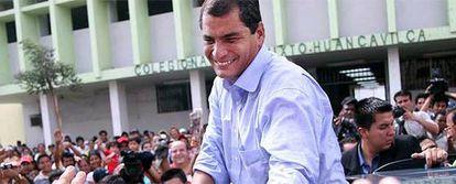 El candidato izquierdista Rafael Correa saluda a los simpatizantes en la jornada de elecciones.