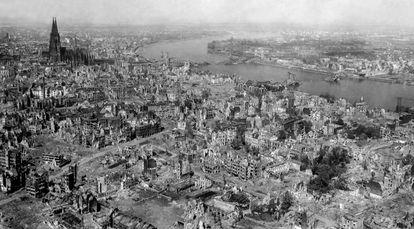 Imagen de la ciudad de Colonia, con su catedral al fondo, tras el último bombardeo del 24 de abril de 1945.