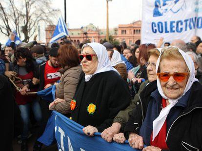 Hebe de Bonafini, en el centro, marcha en la Plaza de Mayo tras enfrentar la orden de detención en su contra
