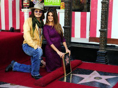 La actriz española Penélope Cruz posa junto a su estrella del Paseo de la Fama de Hollywood.