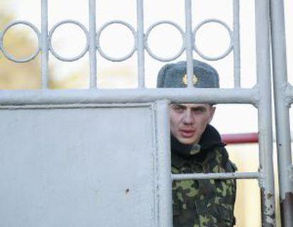 Un soldado ucranio en Yevpatoria (Crimea).