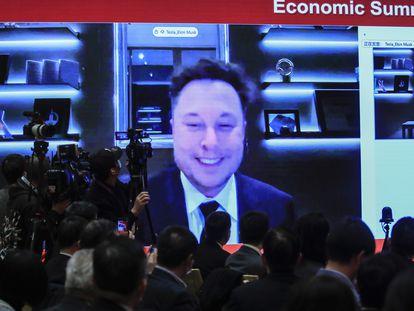 El consejero delegado de Tesla, Elon Musk, interviene a través del vídeo en un evento en Pekín, la semana pasada.