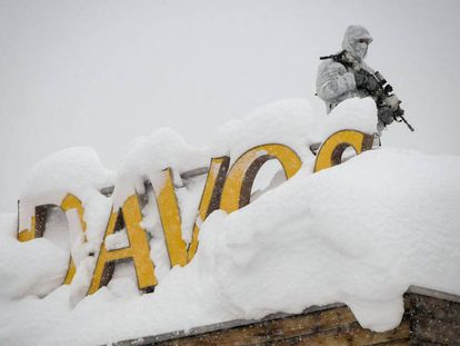 Un vigilante de seguridad en el tejado de un hotel cercano al centro de congresos del foro de Davos en enero de 2018.