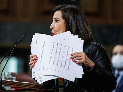 La ministra de Defensa, Margarita Robles, recoge los papeles de su discurso tras intervenir en el debate de Presupuestos en el pleno del Congreso.