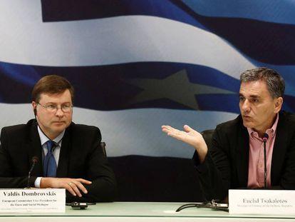 A la izquierda, el vicepresidente de la Comisión Europea, Valdis Dombrovskis, y el ministro griego de Finanzas, Euclid Tsakalotos