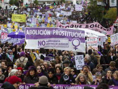 Las marchas en 40 ciudades exigen dotación económica para el acuerdo y condenan los vientres de alquiler y la prostitución