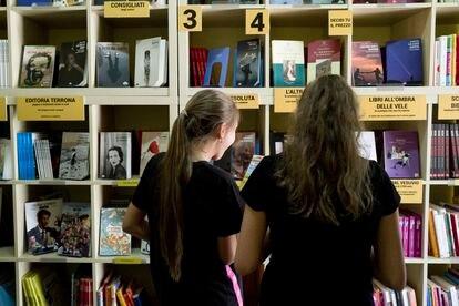 Dos niñas eligen un libro gratis.