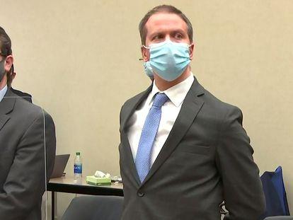 Derek Chauvin (derecha), junto a su abogado, tras la lectura del veredicto.