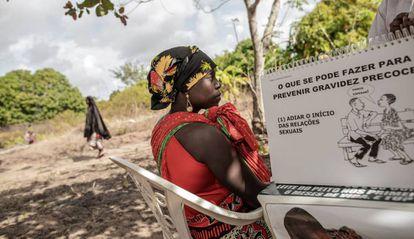 Una mujer escucha las explicaciones de una enfermera mozambiqueña sobre contracepción y educación sexual durante una charla en Massininca, en Mozambique, el4 de junio de 2018.