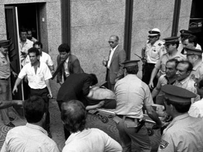 La policía traslada el cadáver de una mujer embarazada muerta en el atentado de Hipercor, el 19 de junio de 1987.