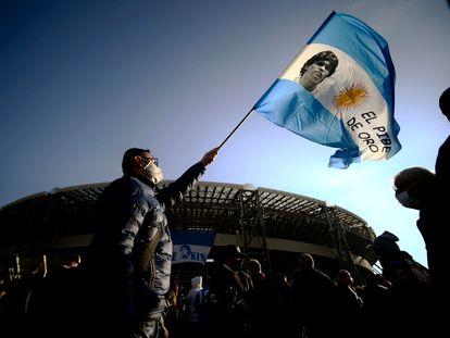 Un hombre flamea una bandera de Argentina en los exteriores del estadio de San Paolo, en Nápoles.