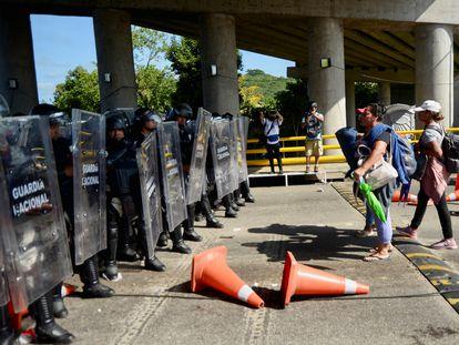 Migrantes de Haiti y centroamericanos chocan con la Guardia Nacional en la carretera a Tapachula, Chiapas.