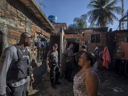 La policía registra una zona de Baixada Fluminense, en la periferia de Río de Janeiro (Brasil), en 2019.