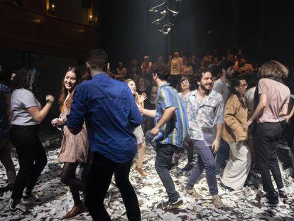 El público y los actores bailan en un momento de 'Lear (Desaparecer)'.