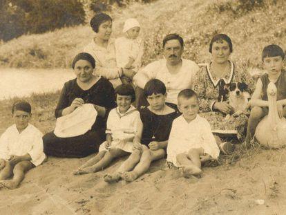 Buenaventura de Erquiaga, de niño en Lekeitio (Bizkaia), junto a su madre (vestida de negro), en una imagen cedida por la familia.