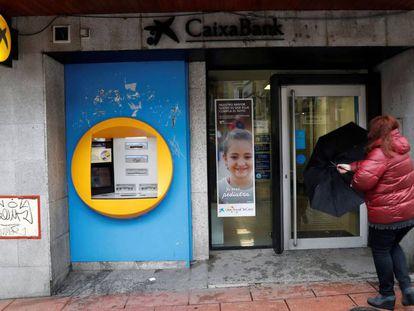 Entrada a una oficina de CaixaBank en Madrid.