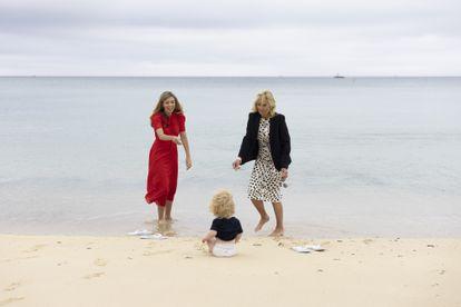 Jill Biden y Carrie Johnson observan al pequeño Wilfred Johnson en Carbis Bay, Cornualles, el 10 de junio de 2021.