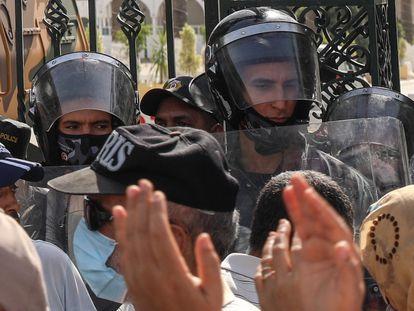 Militares tunecinos rodean el edificio del Parlamento en Túnez, capital del país homónimo, el 26 de julio.