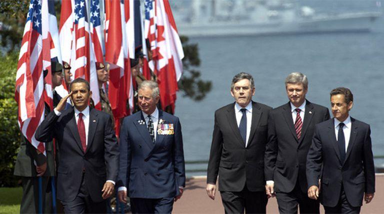 De izquierda a derecha, El presidente de EE UU, Barack Obama, el príncipe Carlos de Inglaterra, el primer ministro Británico, Gordon Brown, el canadiense Stephen Harper, y el presidente francés Nicolas Sarkozy a su llegada al cementerio de Colleville-sur-Mer.