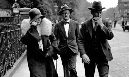 Nora Barnacle (izquierda), James Joyce (en el centro) pasean por Londres con su abogado el 4 de julio de 1931, día en que contrajeron matrimonio.