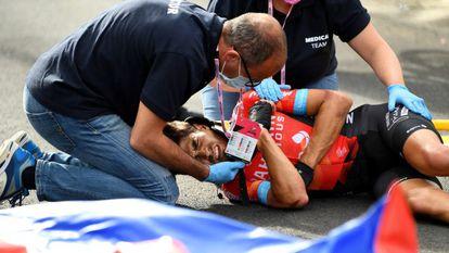 Mikel Landa, atendido por las asistencias médicas tras la caída. / diario as