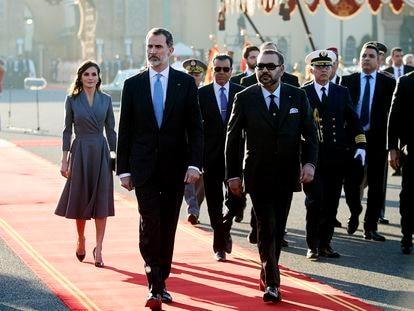 Felipe VI y Mohamed VI y doña Letizia, detrás, durante la visita de Estado de los Reyes de España a Rabat en febrero de 2019.