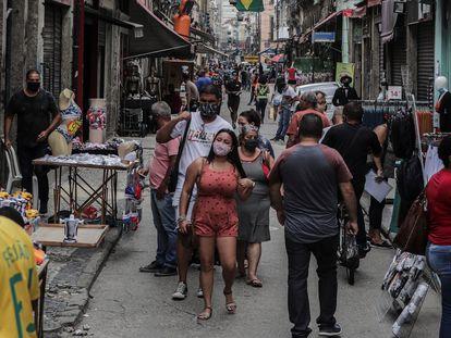 Decenas de personas caminan por el centro comercial de Saara, en Río de Janeiro, en julio pasado.