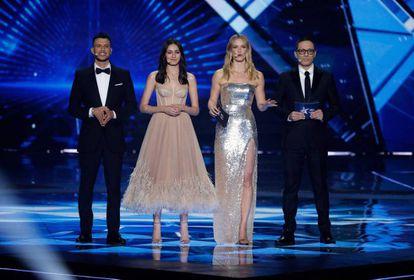 De izquierda a derecha: los presentadores de Eurovisión 2019 Assi Azar, Lucy Ayoub, Bar Refaeli y Erez Tal.