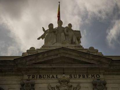 En una insólita reacción, el tribunal dice que volverá a estudiar si es el cliente o el banco quien debe pagar los tributos
