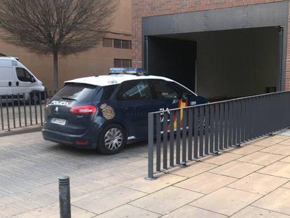 Entrada del detenido en un coche patrulla en el juzgado de Alcalá de Henares el pasado sábado.