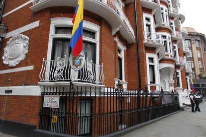 Dos policías resguardan los accesos a la embajada ecuatoriana en Londres.