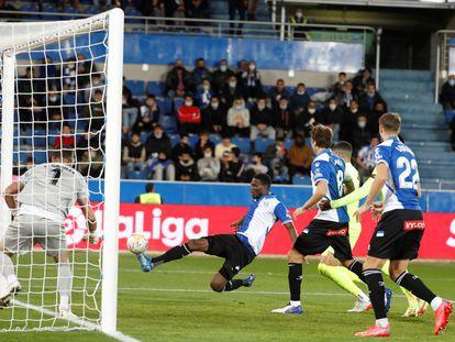 Mamadou Loum, en la acción del gol del Alavés.