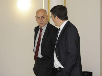 Patxi López, a la derecha, conversando con Rodolfo Ares en el Parlamento.