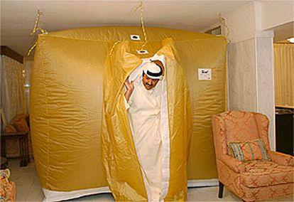Un ciudadano kuwaití muestra la tienda de campaña instalada en el salón de su casa para protegerse de Irak. PLANO GENERAL - ESCENA