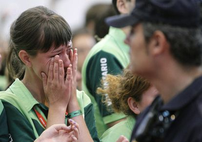 Una voluntaria llora de emoción durante la despedida del papa Benedicto XVI a los voluntarios.