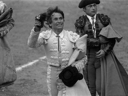 El torero Sebastián Palomo Linares, saludando en una plaza con una oreja en la mano y el capote en la otra, en 1981.