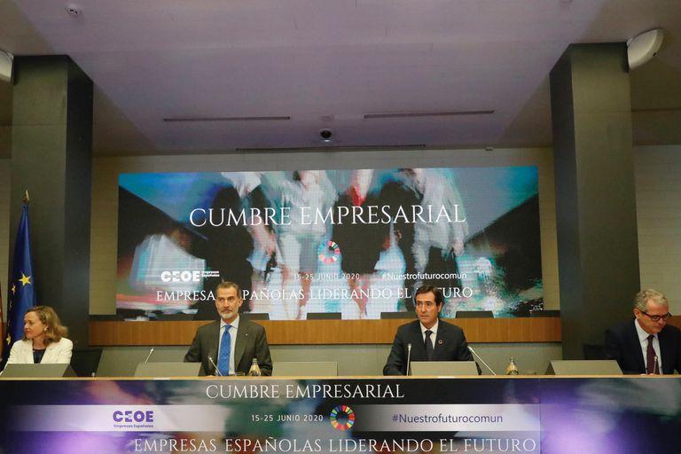 El Rey Felipe VI, con Antonio Garamendi, durante la clausura de la cumbre de la CEOE.
