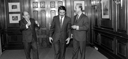 Pujol, Aznar y Duran Lleida posan en el hotel Majestic (Barcelona) tras el pacto.