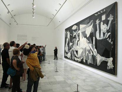 Visitantes en torno al 'Guernica', de Picasso, en el Museo del Reina Sofía.