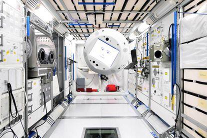 CIMON flotando en la Estación Espacial Internacional.
